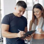Trening z trenerem personalnym – na siłowni czy w domu?